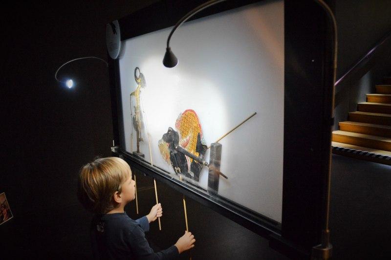 Eine Menge zum Anfassen und Ausprobieren - der Faszination von Licht und Schatten erliegen auch die Kinder.